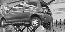 coche en el desguace durante el proceso de descontaminación